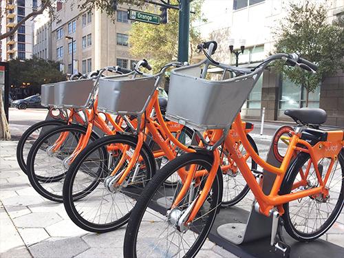 Bicicletas colocadas en el sector para aparcar bicicletas