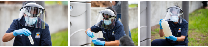 Secuencia fotográfica de tres paneles con un hombre tomando muestras de aguas residuales. Lleva puesta una camiseta con cuello polo de Servicios Públicos del Condado de Orange, una mascarilla desechable y una máscara de protección facial de plástico.